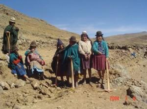 Vrouwen in Coquechaca bezig terrassen aan te leggen